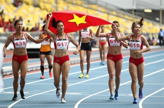 Vietnam quartet dominate the women's 4x100m with a SEA Games record time of 43.88sec. (Photo: VNA/VNS)