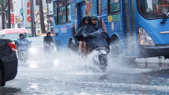 Showers and thunderstorms will continue occurign in the southern region including HCMC in the next two days (Photo: SGGP)