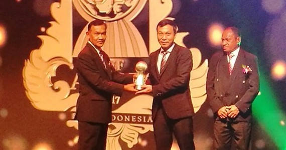 VFF deputy president Nguyen Quoc Tuan (right) receives AFF Award for Member Association of the Year. (Photo: aseanfootball.org)