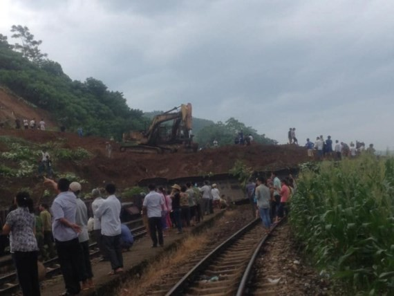 Thousands of cubic meters of soil blocks Hanoi-Lao Cai railway