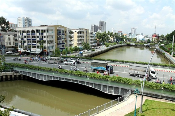 A stretch of Tran Khac Chan Street across the Nhieu Loc-Thi Nghe Canal in HCM City. A former deputy chief city architect advises authorities to develop the metropolis into separate western and eastern areas. (Photo: VNA/VNS)