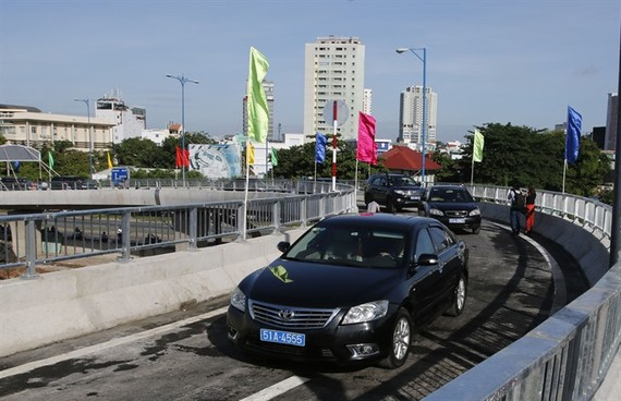 Vehicles on the N1 branch of a flyover connecting Nguyen Van Cu Street in District 1 with Vo Van Kiet Street in District 5 in HCM City. The construction of the flyover has been carried out under the Build-Transfer (BT) mechanism with the total investment
