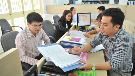A staff of the Department of Planning and Investment guides a businessman to do procedures (Photo: SGGP)