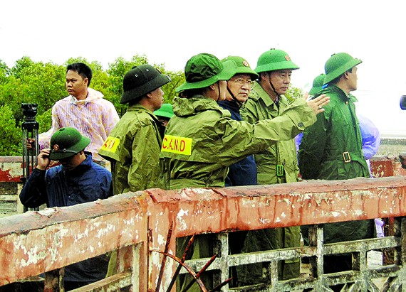 Deputy Prime Minister Trinh Dinh Dung (3rd, R) inspects counter storm operations in Bac Lieu province on December 25 (Photo: SGGP)