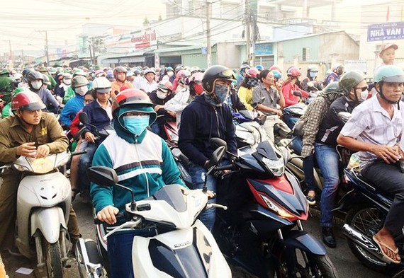 Vehicles crowd streets from the Mekong Delta to HCMC on January 1 (Photo: SGGP)