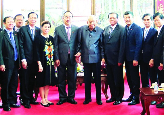 HCMC Party Chief Nguyen Thien Nhan and members of the high ranking delegation from HCMC pose for a picture with former Lao president Khamtay Siphandon during a working visit to Laos on January 26 (Photo: SGGP)