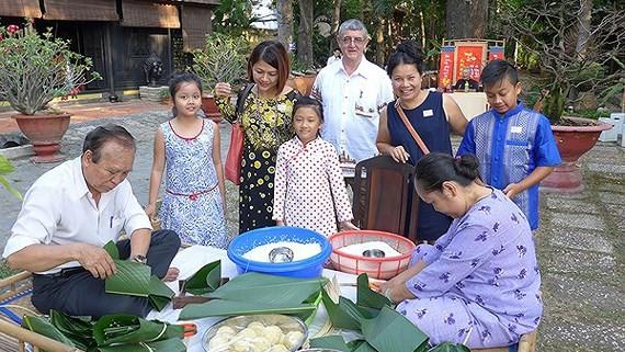 Overseas Vietnamese make chung cake for Tet