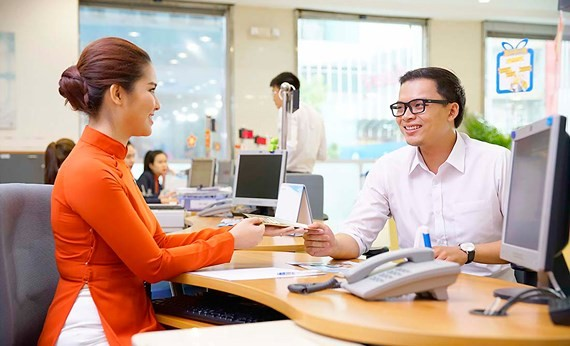 Transaction at a bank in HCMC (Photo: SGGP)