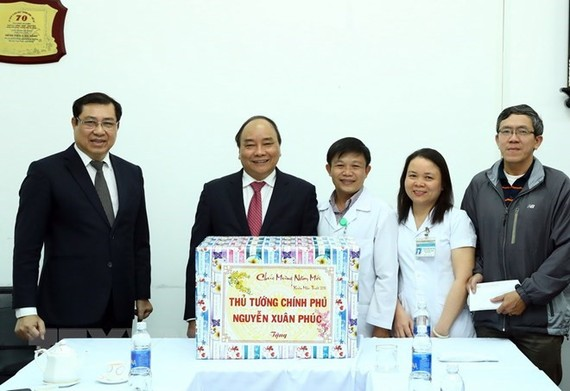 PM Nguyen Xuan Phuc presents gifts to the C Hospital (Photo: VNA)
