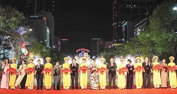 Central and city leaders attend the opening ceremony of Nguyen Hue flower street in HCMC on February 13 (Photo: SGGP)