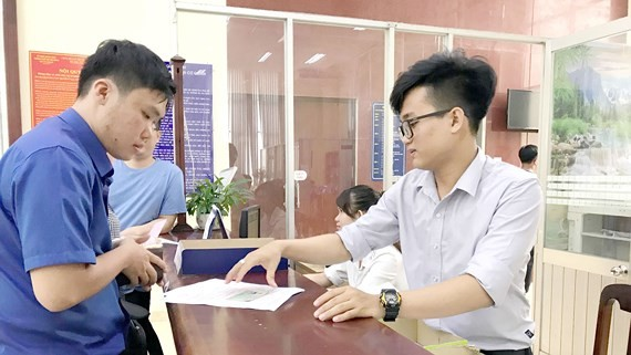 Residents do procedures at HCMC Department of Justice (Photo: SGGP)