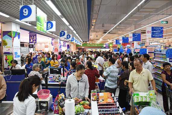 Customers at a Co.opMart supermarket (Photo: SGGP)