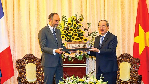 Secretary of HCMC Party Committee Nguyen Thien Nhan gives French Prime Minister Édouard Philippe HCMC Municipal Theatre model (Photo: SGGP)