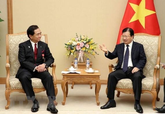 Deputy Prime Minister Trinh Dinh Dung (R) received Governor of Japan's Kanagawa prefecture Yuji Kuroiwa in Hanoi on November 16 (Photo: VNA)