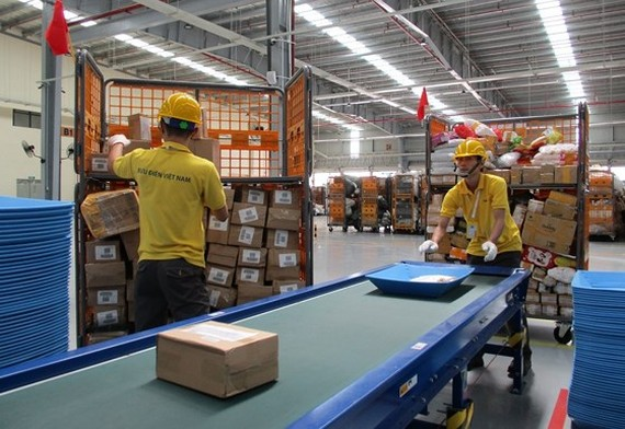 Automatic parcel conveyor belt reduces 50 percent labor costs at the center.