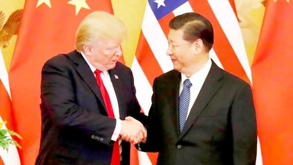 Chủ tịch Trung Quốc Tập Cận Bình và Tổng thống Mỹ Donald Trump bắt tay sau cuộc hội đàm ngày 9-11