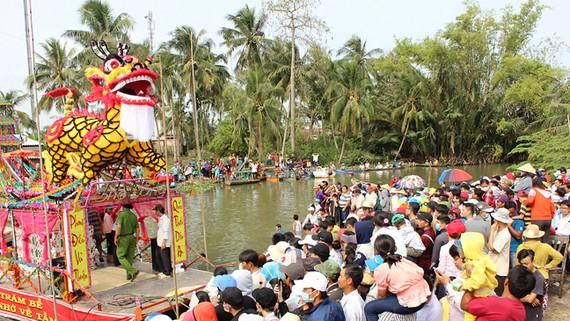 Người dân nghênh đón ghe đăng tại Lễ hội Làm Chay