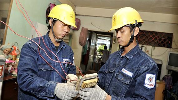 Nhân viên ngành điện sửa chữa điện cho hộ nghèo trên địa bàn TPHCM