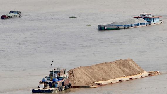 Hoạt động khai thác, vận chuyển khoáng sản trên sông sẽ được quản lý chặt  trong thời gian tới                   Ảnh: THÀNH TRÍ