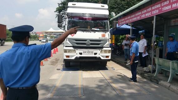 Kiểm tra tải trọng phương tiện tại Trạm cân số 3 trên đường Nguyễn Văn Linh.