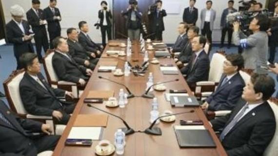 Phái đoàn Hàn Quốc (phải) và Triều Tiên (trái) tại cuộc đàm phán cấp cao liên Triều ở làng đình chiến Panmunjom ngày 1-6. Ảnh: Kyodo/TTXVN