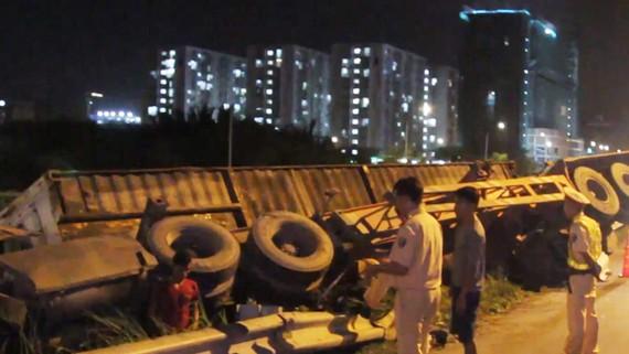 Xe container lật nhào, văng khỏi đường cao tốc TPHCM - Long Thành - Dầu Giây
