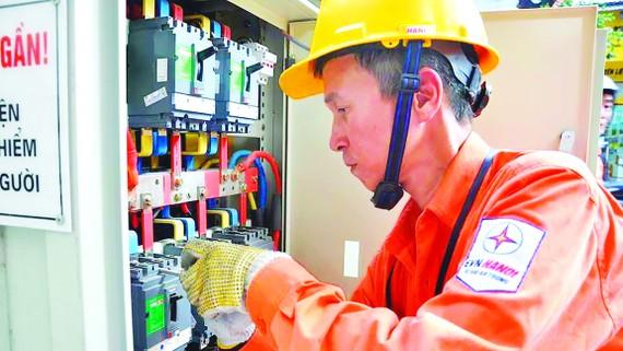 Công nhân điện lực Hà Nội (thuộc EVN) căng mình trong nắng nóng có khi nhiệt độ lên tới 400C để xử lý các sự cố về điện