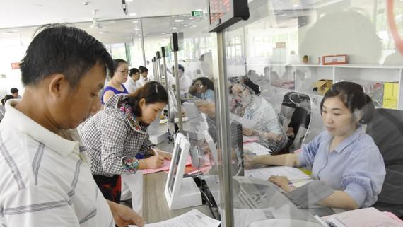 Cán bộ, chuyên viên bộ phận tiếp nhận - trả hồ sơ quận 12 tiếp nhận hồ sơ từ người dân
