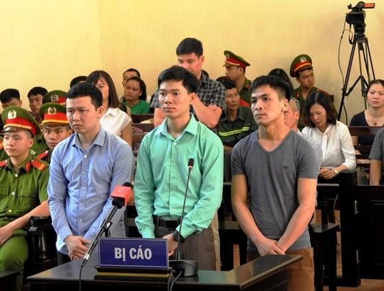 Bác sĩ Hoàng Công Lương cùng 2 bị cáo Bùi Mạnh Quốc và Trần Văn Sơn tại phiên tòa xét xử vụ án tai biến chạy thận