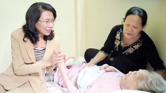 Phó Chủ tịch UBND TPHCM Nguyễn Thị Thu thăm hỏi mẹ Việt Nam anh hùng Hồng Thị Mười (ngụ quận 7, TPHCM). Ảnh tư liệu 2017