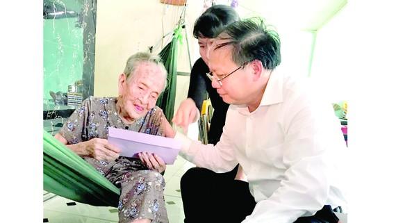 Đồng chí Tất Thành Cang thăm và tặng quà mẹ Việt Nam anh hùng