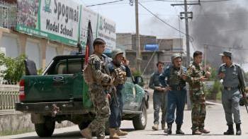 Lực lượng an ninh điều tra tại hiện trường một vụ tấn công ở Jalalabad, Afghanistan ngày 28-7. Ảnh minh họa: EPA/TTXVN