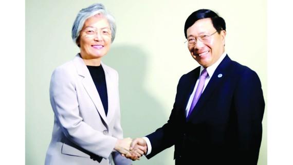 Phó Thủ tướng, Bộ trưởng Ngoại giao Phạm Bình Minh gặp Bộ trưởng Ngoại giao Hàn Quốc Kang Kyung-wha