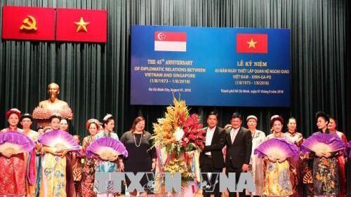 Ông Huỳnh Cách Mạng và bà Leow Siu Lin tặng hoa các nghệ sĩ biểu diễn tại lễ kỷ niệm. Ảnh: Xuân Khu-TTXVN