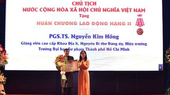 Bà Ngô Thị Hoàng Các - Phó trưởng Ban Thi đua khen thưởng TPHCM trao Huân chương Lao động Hạng Nhì cho PGS.TS. Nguyễn Kim Hồng