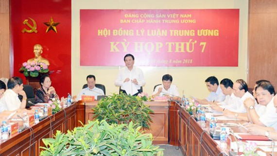 Đồng chí Nguyễn Xuân Thắng phát biểu tại kỳ họp.