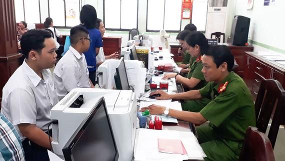 Các cán bộ PC64 Công an TPHCM đang tiếp nhận hồ sơ làm căn cước công dân