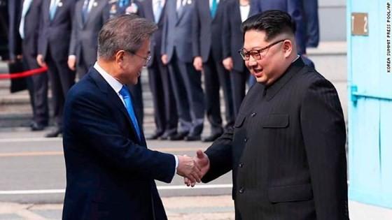 ổng thống Moon Jae-in và lãnh đạo Triều Tiên Kim Jong-un đã bắt tay nhau tại đường ranh giới phân định hai miền ngày 27-4-2018. Nguồn: CNN