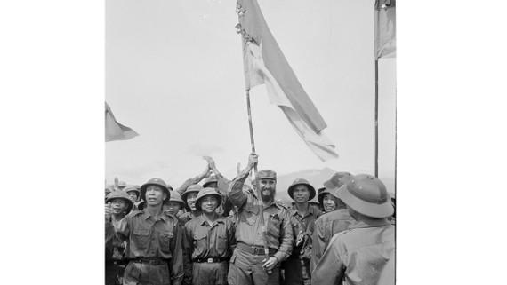 Fidel Castro giương cờ truyền thống của Đoàn Khe Sanh, Quân giải phóng Trị Thiên Huế trong chuyến thăm VN ngày 15-9-1973. Ảnh tư liệu TTXVN