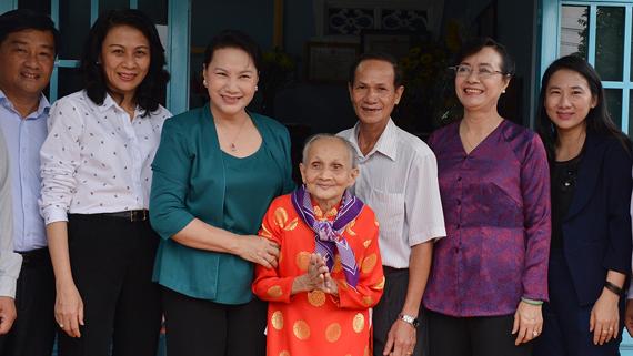 Chủ tịch Quốc hội Nguyễn Thị Kim Ngân thăm Mẹ Việt Nam Anh hùng Nguyễn Thị Kịch (huyện Củ Chi). Ảnh: VIỆT DŨNG