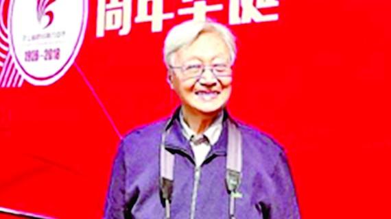 Thầy Uông tại lễ kỷ niệm 90 năm thành lập Trường Trung học số 6 Hàng Châu