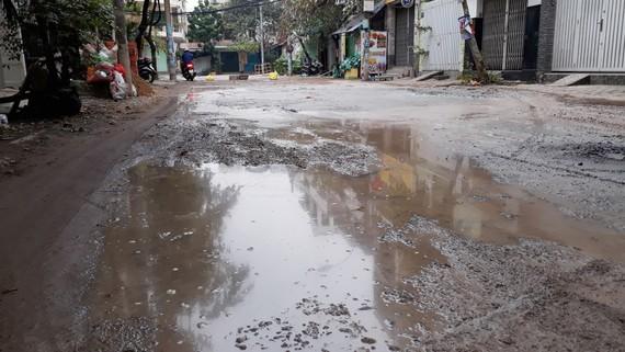Đường vào khu dân cư Đồng Diều (phường 4, quận 8, TPHCM) bị xuống cấp trầm trọng dù đã được quận 8 nhiều lần sửa chữa  Ảnh: MINH THANH