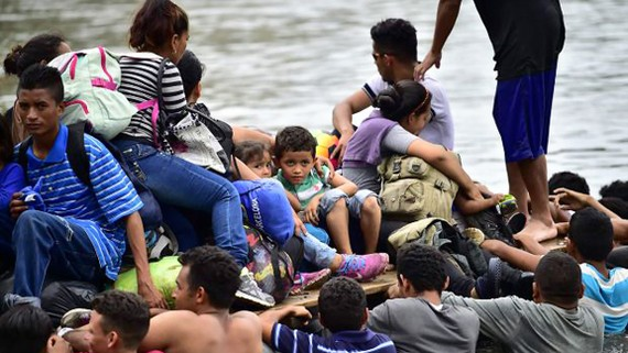 Dòng người liều lĩnh vượt sông Suchiate, nằm giữa Mexico và Guatemala