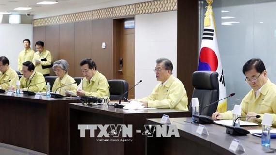 Tổng thống Hàn Quốc Moon Jae-in (thứ 2, phải) chủ trì một cuộc họp Hội đồng An ninh Quốc gia Hàn Quốc (NSC) ở Seoul. Ảnh: EPA/TTXVN