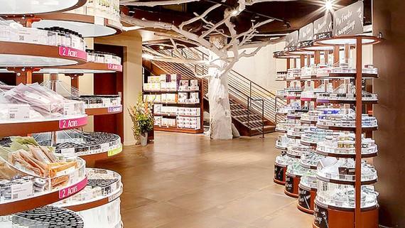 Nguyên liệu làm mỹ phẩm tự chế được bày bán tại một cửa hàng