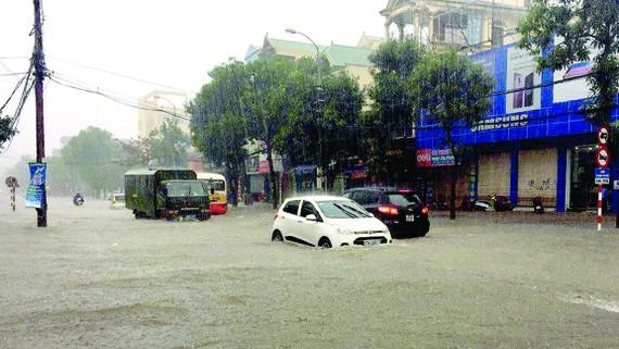 Mưa lớn gây ngập nặng nhiều tuyến đường TP Vinh - Nghệ An