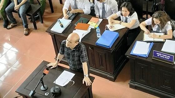 Ông Nguyễn Huy Quang, Vụ trưởng Vụ Pháp chế, Bộ Y tế trả lời tại tòa