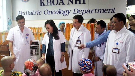 Bộ trưởng Bộ Y tế cùng với cán bộ Quỹ Ngày mai tươi sáng thăm hỏi các bệnh nhi ung thư đang điều trị tại Bệnh viện K cơ sở Tân Triều