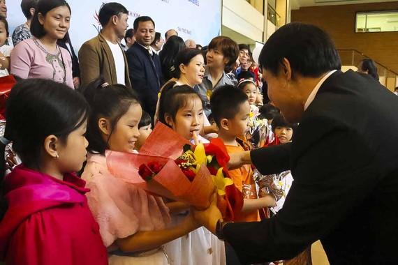 Lãnh đạo Bệnh viện Trung ương Huế tặng hoa cho các bé