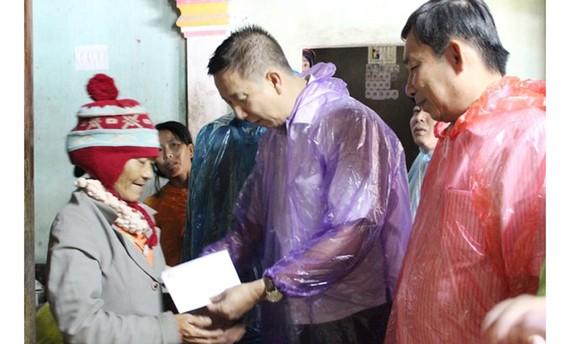 Đồng chí Phạm Đức Hải trao quà hỗ trợ gia đình nạn nhân Lê Văn Quý bị lũ cuốn trôi